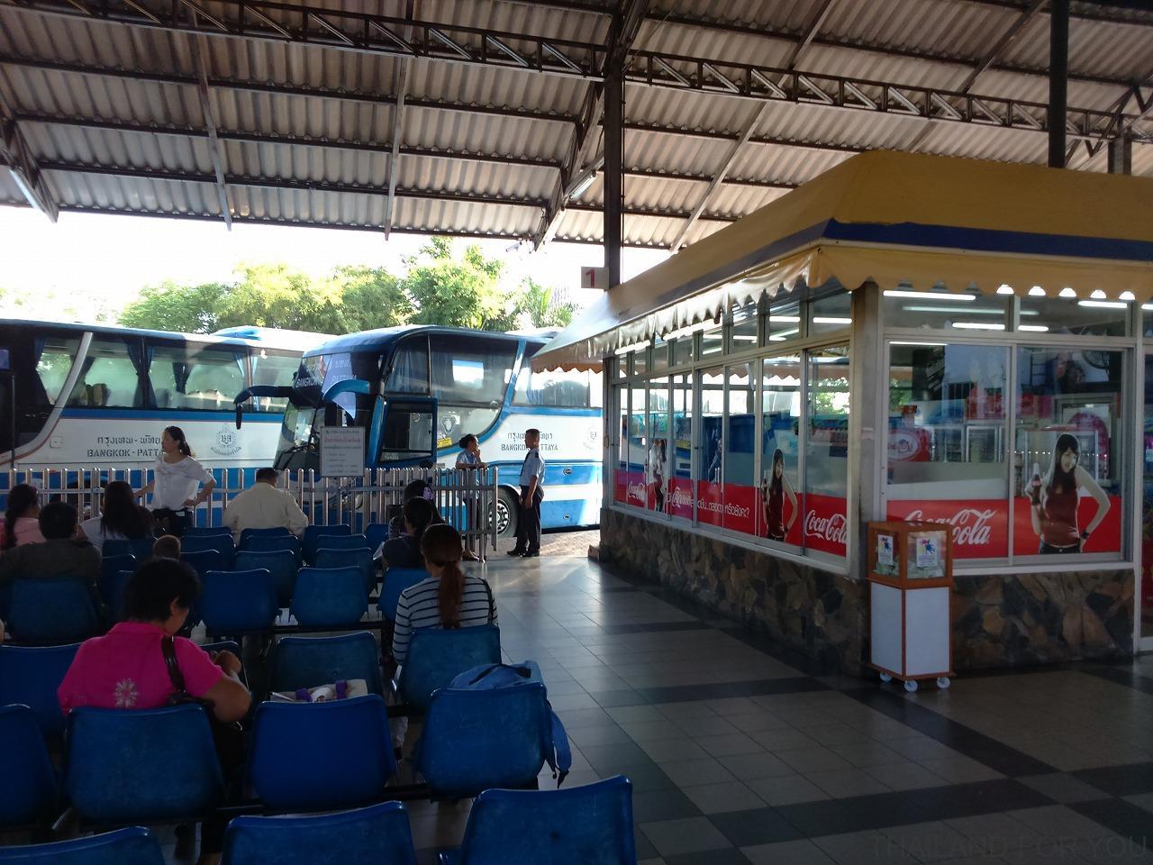 パタヤのバスターミナルのエカマイ行きバス乗り場の写真
