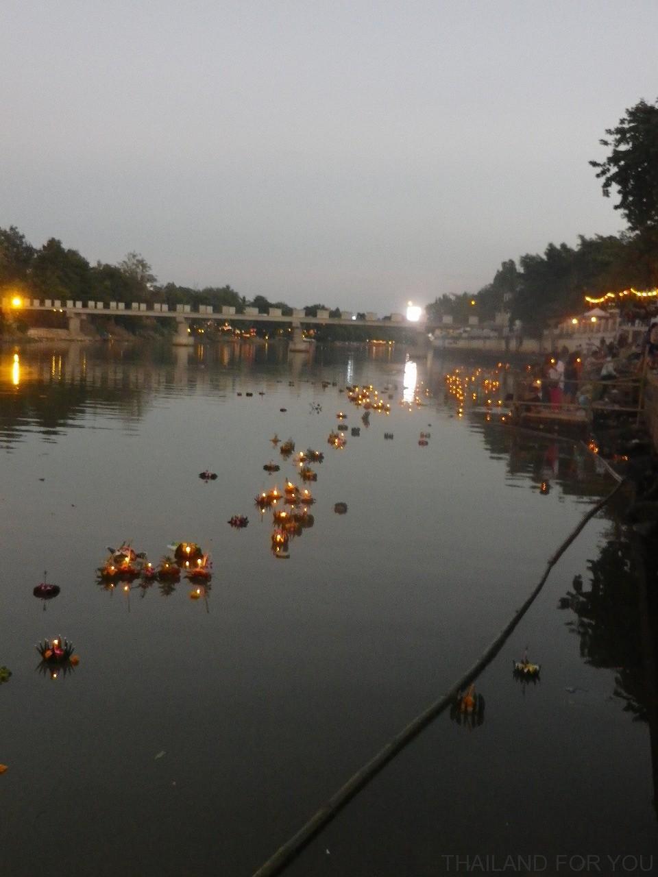 チェンマイ ロイクラトン イーペン祭り 灯篭流し 写真